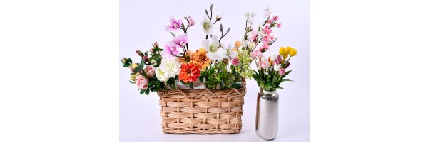 Kunstblumen und Pflanzen zur Dekoration